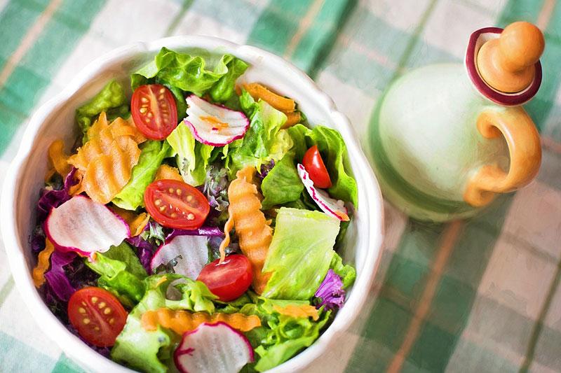 membuat salad